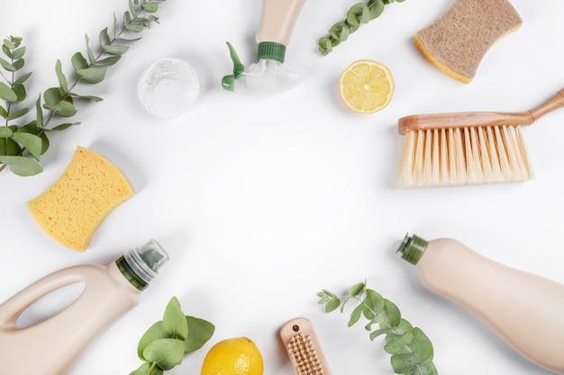 Produits De Nettoyage écologiques Isolés Sur Fond Blanc. Vue De Dessus Photo Premium