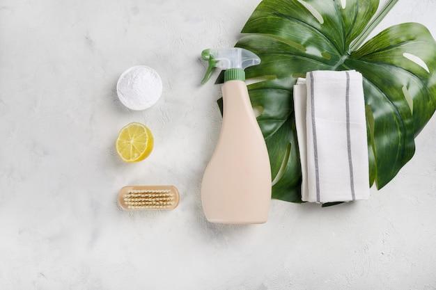 Produits de nettoyage écologiques isolés sur table. vue de dessus