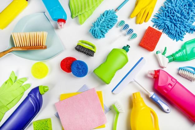 Produits de nettoyage sur fond blanc. concept de nettoyage à domicile. vue de dessus