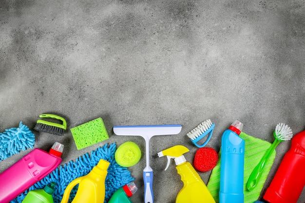 Produits de nettoyage sur fond gris pierre. concept de nettoyage à domicile. vue de dessus