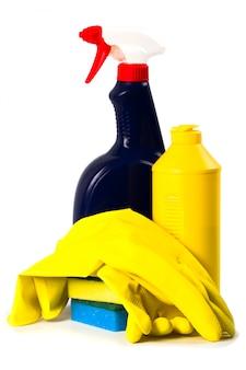 Produits de nettoyage isolés sur fond blanc