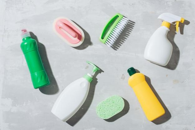 Produits de nettoyage de maison sur table en bois. granulés de sel, bicarbonate de soude (bicarbonate de sodium), détergent, spray