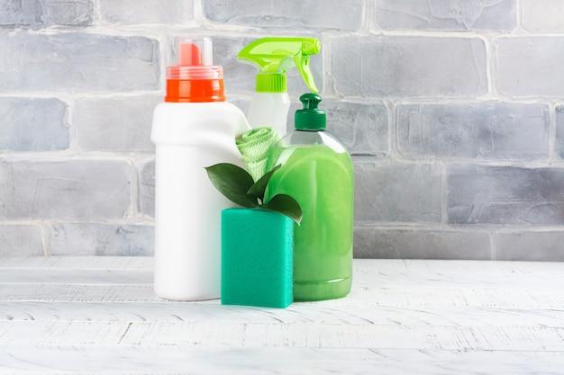 Produits de nettoyage naturels bio biologiques. save the planet concept