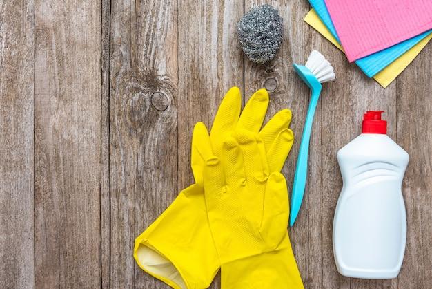 Produits de nettoyage et de nettoyage sur un fond en bois. copiez l'espace, vue de dessus.