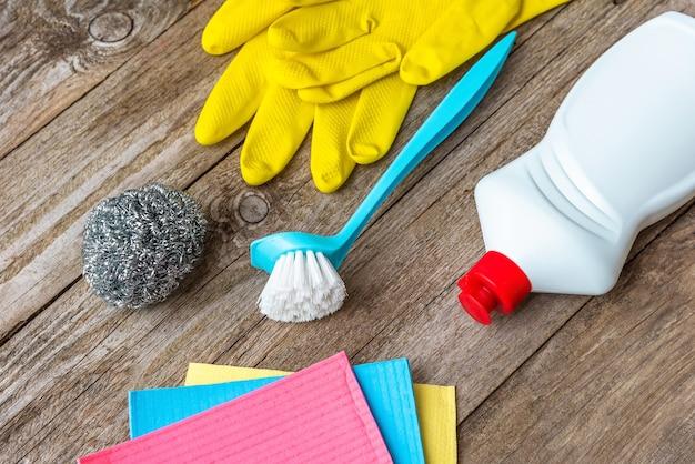 Produits de nettoyage et de nettoyage sur une table en bois.