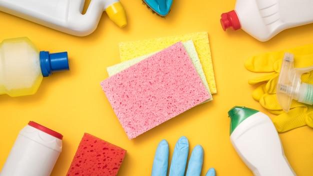 Produits de nettoyage pour la maison. doit avoir un concept. assortiment de fournitures sur jaune