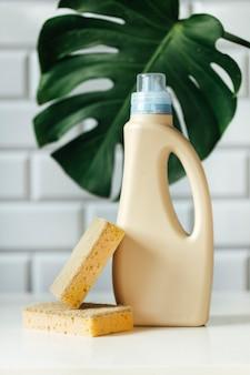 Produits de nettoyage sur la table