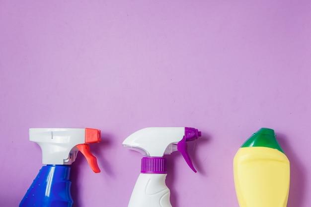 Produits de nettoyage sur violet