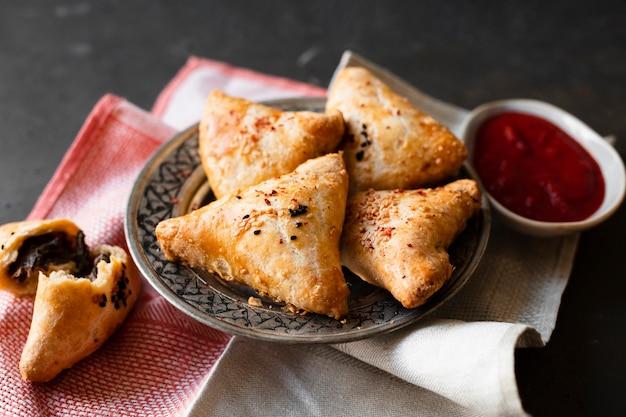 Produits de pâtisserie indienne au chocolat et à la sauce