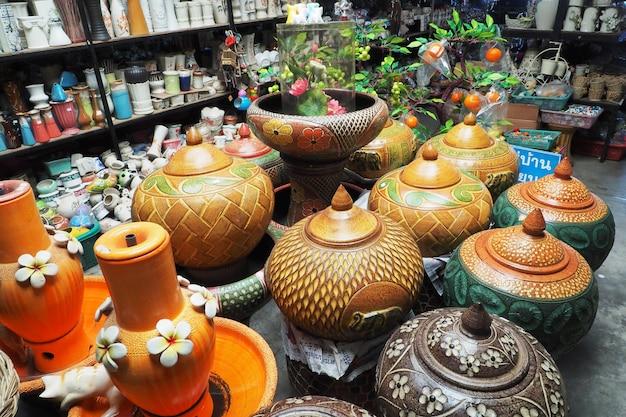 Produits de poterie en magasin.