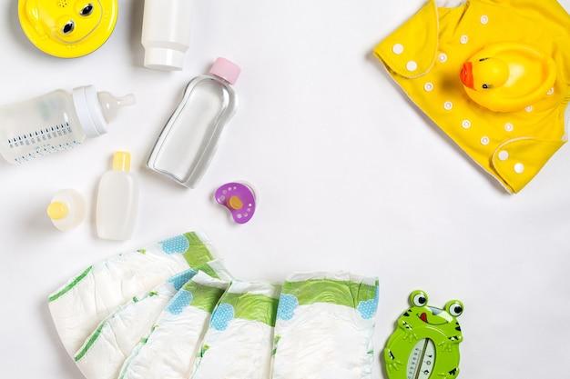 Produits pour bébés couches pour bébé poudre de shampoing crème huile sur fond blanc avec copie espace vue de dessus ou fl ...