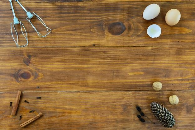 Produits pour cuisiner pour noël et nouvel an sur une table en bois marron.