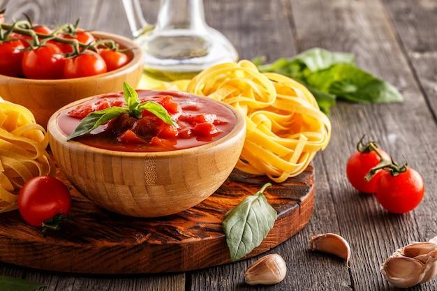 Produits pour la cuisson sauce tomate pâtes tomates ail huile d'olive