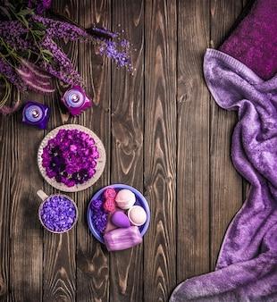Produits pour spa de soins du corps. vue de dessus des accessoires de spa. produits spa violet