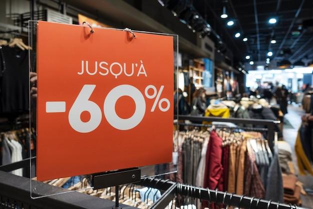 Produits à prix réduit dans un magasin de vêtements