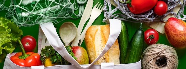 Produits respectueux de l'environnement avec des sacs en textile, des bocaux en verre et des sacs en filet