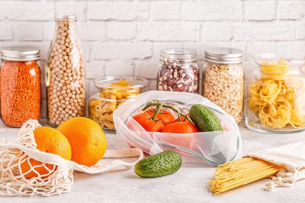 Produits en sacs textiles, verrerie. shopping écologique et stockage des aliments, concept zéro déchet.