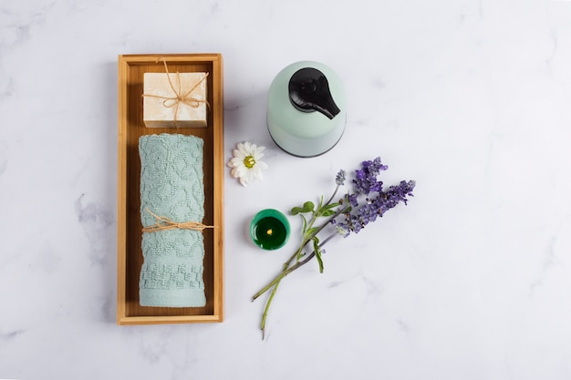 Produits de santé plats poser sur fond de marbre