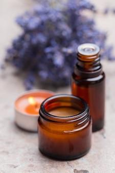 Produits de soin du corps à la lavande. concept d'aromathérapie, de spa et de soins de santé naturels
