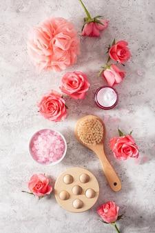 Produits de soin et fleurs roses. cosmétiques naturels pour les soins à domicile