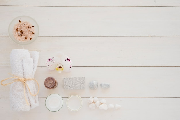 Produits de soin de la peau et fleur d'orchidées blanches