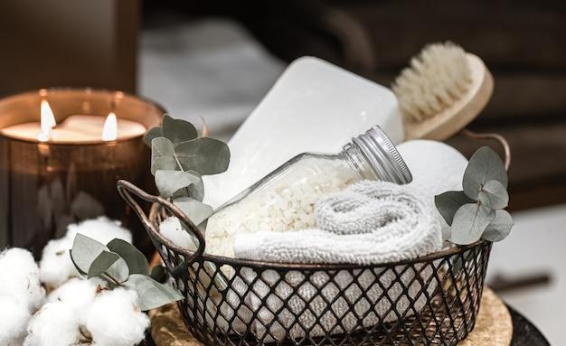 Produits de soins corporels dans un panier en métal. concept de santé et d'hygiène.