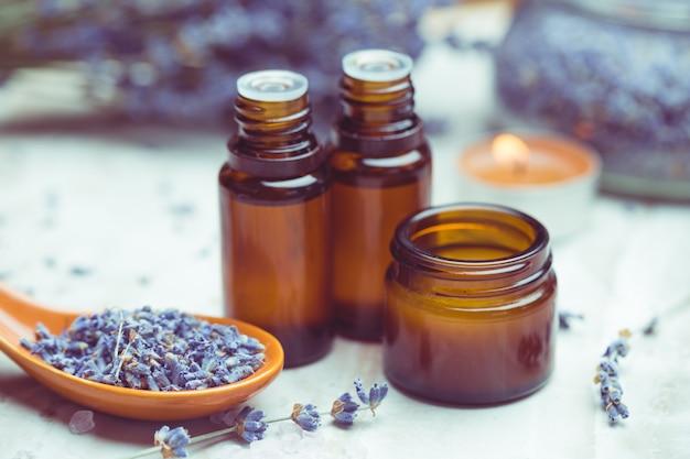 Produits de soins corporels à la lavande. aromathérapie, spa et concept de soins de santé naturels