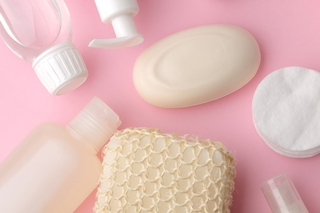 Produits de soins du corps et de la peau dans un emballage blanc sur fond rose délicat. produits d'hygiène personnelle. vue d'en-haut. mise à plat