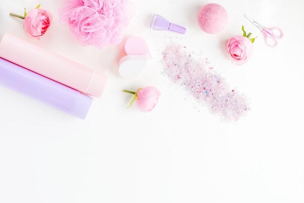 Produits de soins personnels, lingerie et cosmétiques à plat. concept de traitement de beauté femme, vue de dessus