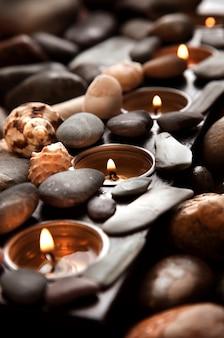 Produits de spa. bougies allumées et traitement aux pierres.