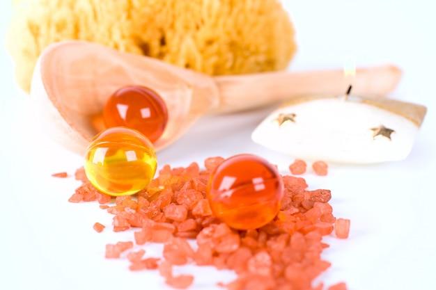 Produits de spa: éponge naturelle, sel de bain, boules d'huile et bougie