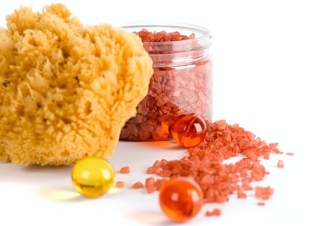 Produits de spa: éponge naturelle, sel de bain et boules de pétrole
