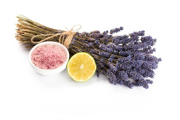 Produits de spa à la lavande avec des fleurs de lavande séchées sur un fond isolé.