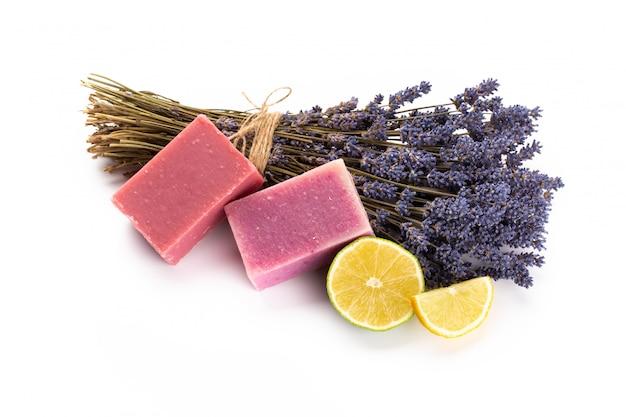 Produits de spa à la lavande avec des fleurs de lavande séchées sur un isolé.