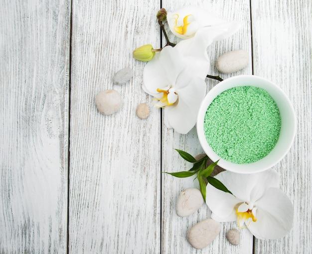 Produits spa et orchidées blanches