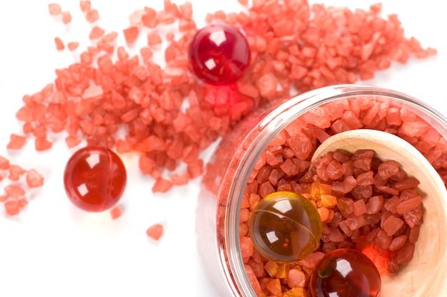 Produits spa: sel de bain et boules d'huile dans un bol
