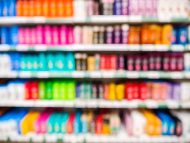 Produits de supermarché colorés flous sur les étagères