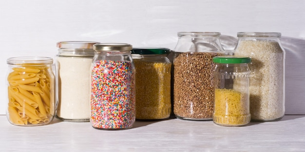 Produits en vrac dans un magasin zéro déchet. céréales et bonbons dans des bocaux en verre sur des étagères. achats écologiques dans une épicerie sans plastique.