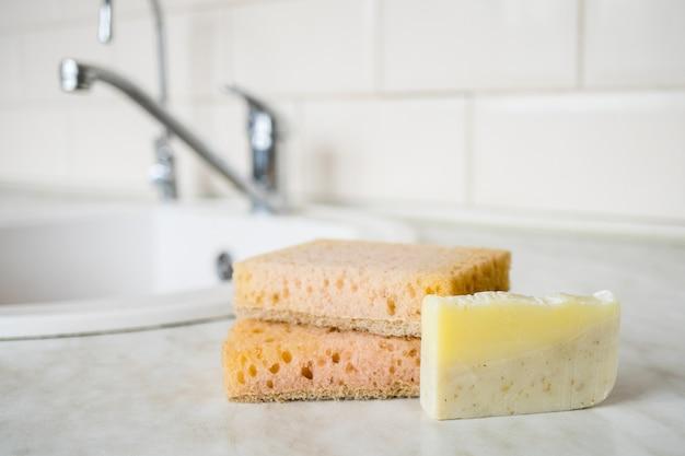 Produits zéro déchet pour les soins personnels éponge en bambou naturel écologique sous la cuisine lave-vaisselle lavage à la main
