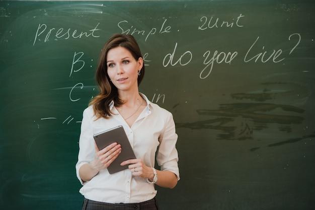 Prof, debout, à, tablette pc, dans, classe, à, école primaire