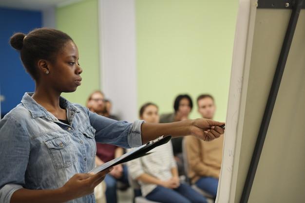 Professeur africain enseignant aux étudiants