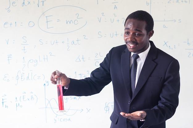 Professeur africain enseignant les sciences dans la classe de la tige.
