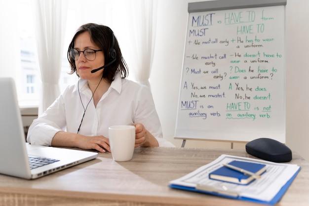 Professeur d'anglais faisant ses cours en ligne à la maison