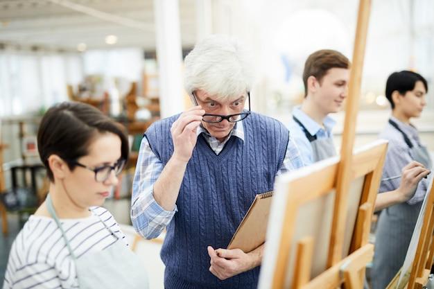 Professeur d'art choqué regardant la peinture