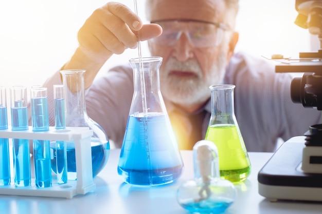 Professeur de chimie scientifique dans un laboratoire de chimie scientifique pour tester de nouveaux formulaires médicaux