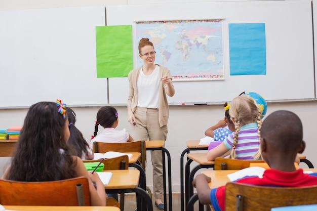 Professeur en colère regardant l'élève