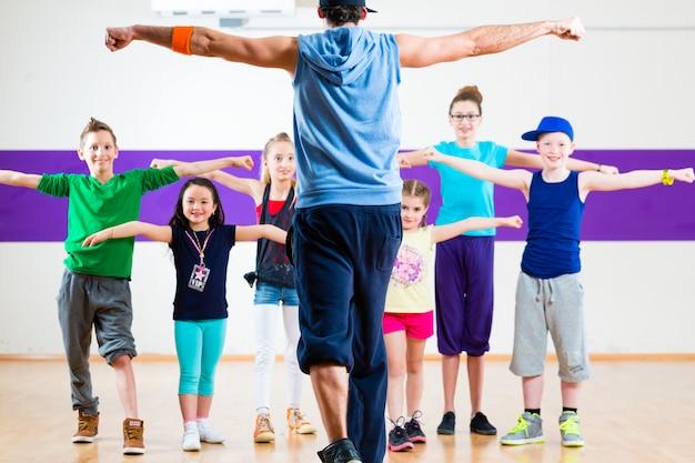 Professeur de danse donnant aux enfants un cours de fitness à la zumba