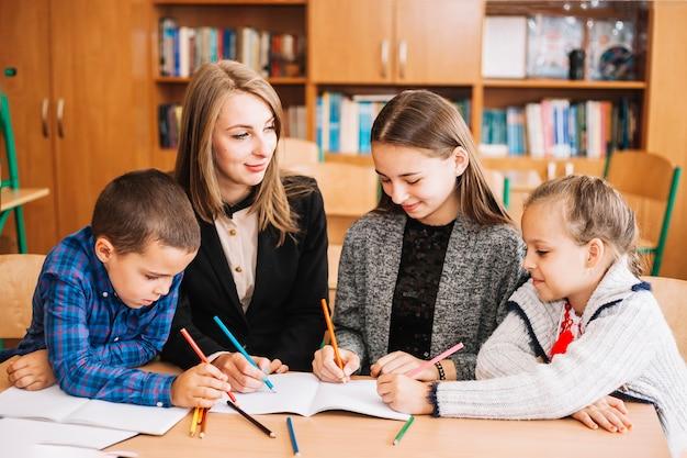Professeur d'école et élèves à colorier