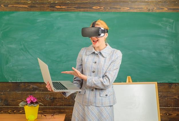 Professeur d'école d'étude en ligne d'apprentissage en ligne dans le portrait d'école de concept d'éducation de lunettes de vr de sensuel