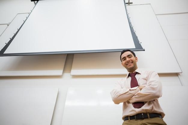 Professeur élégant avec écran de projection dans la salle de conférence
